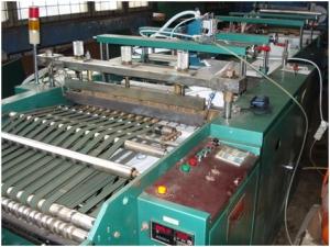 Машина для производства пакетов с прорубной ручкой и усилением